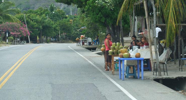 Natürlich stehen auch frische Kokosnüsse im Angebot