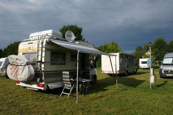 Auf dem Citycamping in Vilnius sitzen wir an der Sonne, obwohl der Himmel...