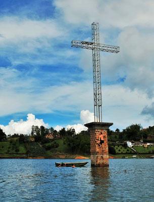 Nur ein Kreuz ragt aus dem See, wo die Kirche vom Viejo Penal stand