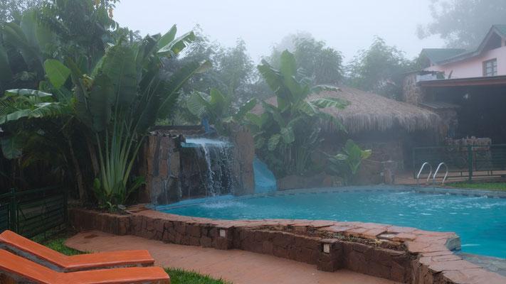 Am Morgen sind wir und der Pool noch ziemlich eingenebelt.