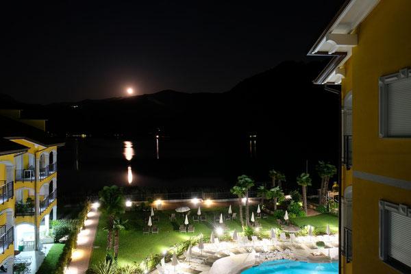Aussicht von der Terrasse bei Nacht.