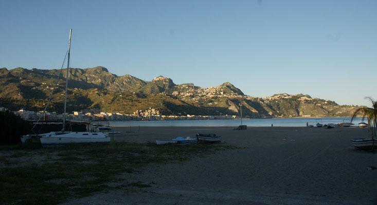 Vom grossen Strand in Giardini-Naxos sieht man das auf den Fels gebaute Taormina