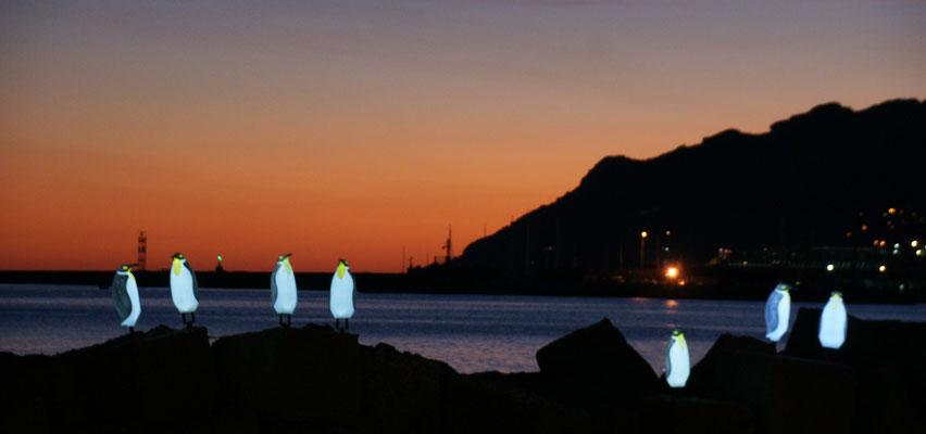 An der Strandpromenade erwarten uns die Pinguine