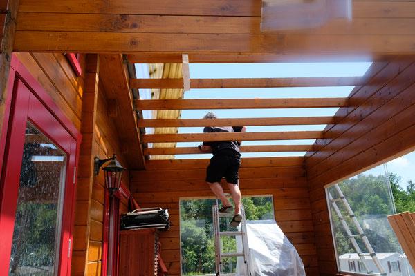 Erst altes Kunststoffdach entfernen, dann