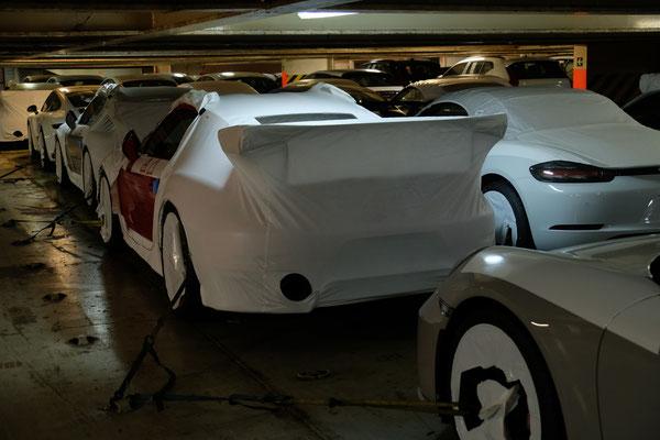 Die Garagen sind voll mit teuren Autos, sehr teuren Autos