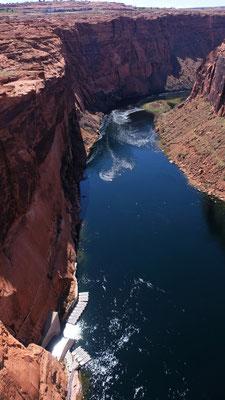 .. und der Blick von Brücke in die Tiefe in den Glen Canyon