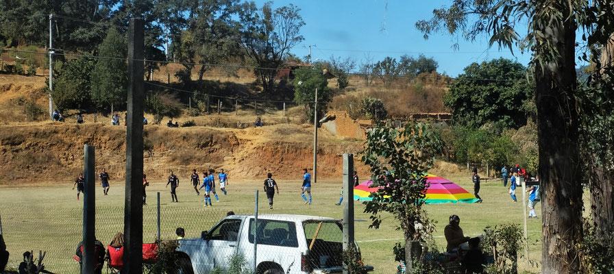 Fussball wird gespielt.