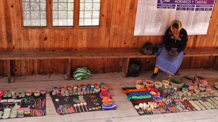 An den Haltestellen versuchen die Bauernfrauen ihre Handarbeiten zu verkaufen