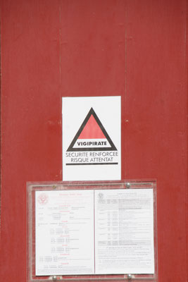 An vielen Türen sind diese Vorsichtplakate angebracht.