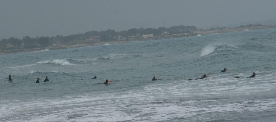 Heute sind mehr Wellenreiter unterwegs im Wasser