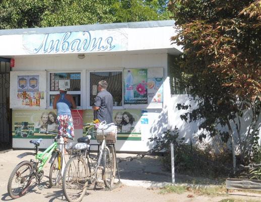 YSchlange stehen beim Einkaufscenter im Donaudelta