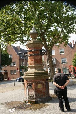 Der alte Trinkbrunnen auf dem Marktplatz