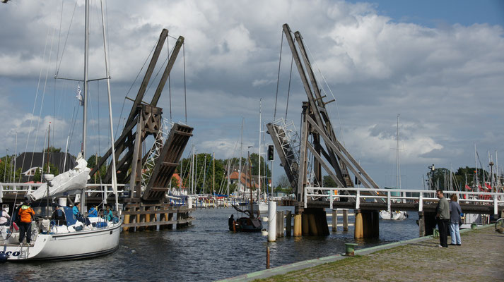 Die Brücke geht hoch und die Schiffe passieren