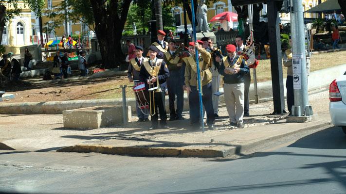 Ein Konzert mitten auf der Kreuzung in Cuiaba.