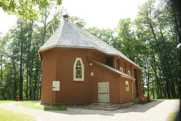 500 Jahre alte Kirche in Stelmüze daneben...