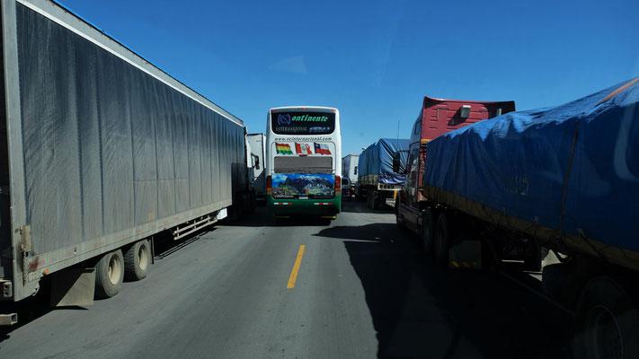 Da kommen auch noch Lastwagen entgegen. Chaos komplett