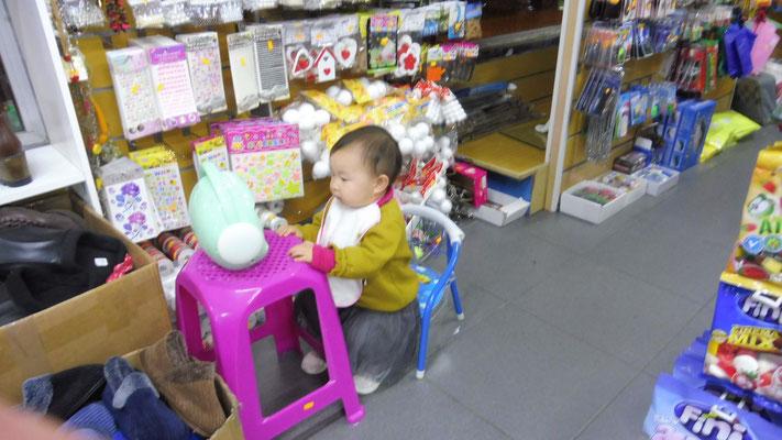 Sehr konzentriert sitzt sie am Bildschirm im Chinaladen