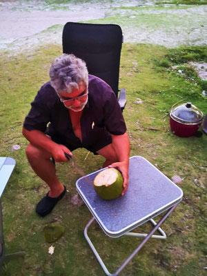 Diese Kokosnuss knallte einen Meter neben Marianne zu Boden, nach dem Schrecken wurde sie gekillt.
