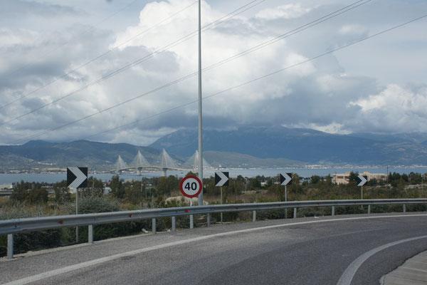 Erster Blick auf die Golfbrücke in Patras.