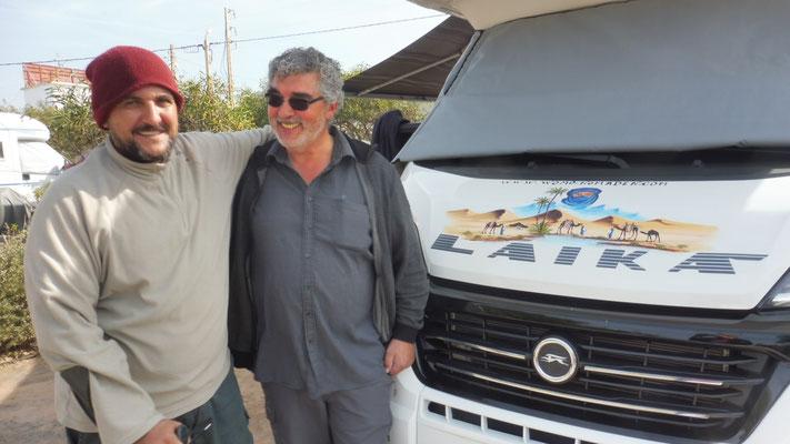 Abdellah und Alois sind zufrieden mit dem Werk.