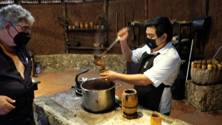 Wir dürfen probieren. Die Mayas tranken die Schokolade ohne Zucker, für uns geht das gar nicht und so steht Zucker zur Versüssung zur Verfügung