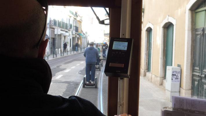 Auch andere Verkehrsmittel blockieren die Schienen in Lissabon