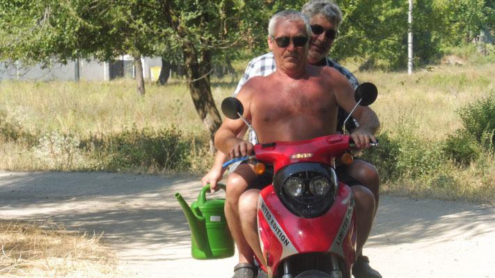 Der Bademeister holt mit Alois eine Giesskanne voll Wasser von Vadul lei vodu