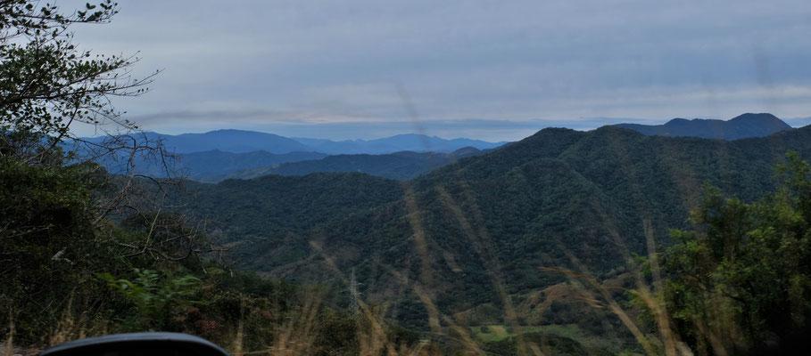 Wieder in den Bergen und es ist kurvig und ....