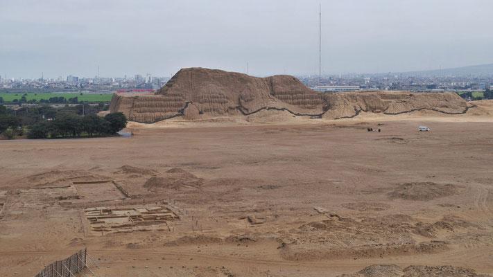 Sicht auf den Huaca del Sol, dazwischen das Volk