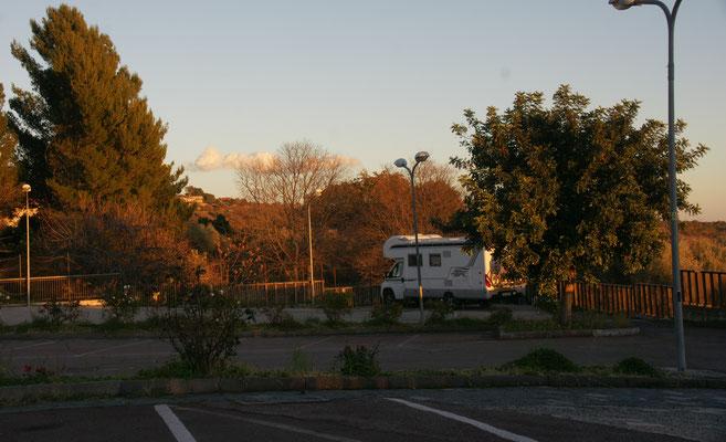 Wir haben den ganzen Parkplatz für uns in Ragalna