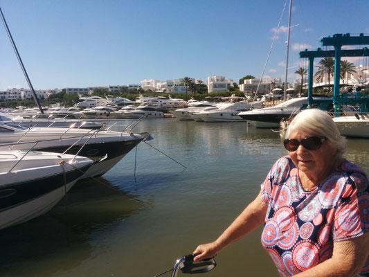 Wir suchen uns im Hafen von Cala d'Or die passende Yacht aus