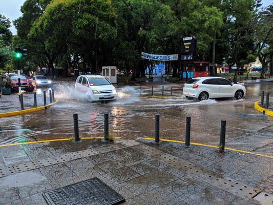 Wieder auf der Strasse müssen nasse Füsse billigend in Kauf genommen werden.