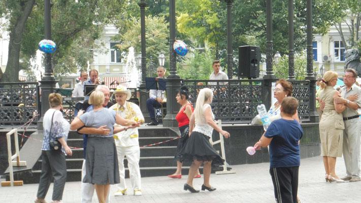 Ein Tänzchen gefällig? Im Citypark von Odessa