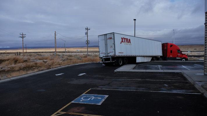 Dieser lange Laster hat wohl wegen des bisschen Schnees die Kurve nicht mehr gedriegt.