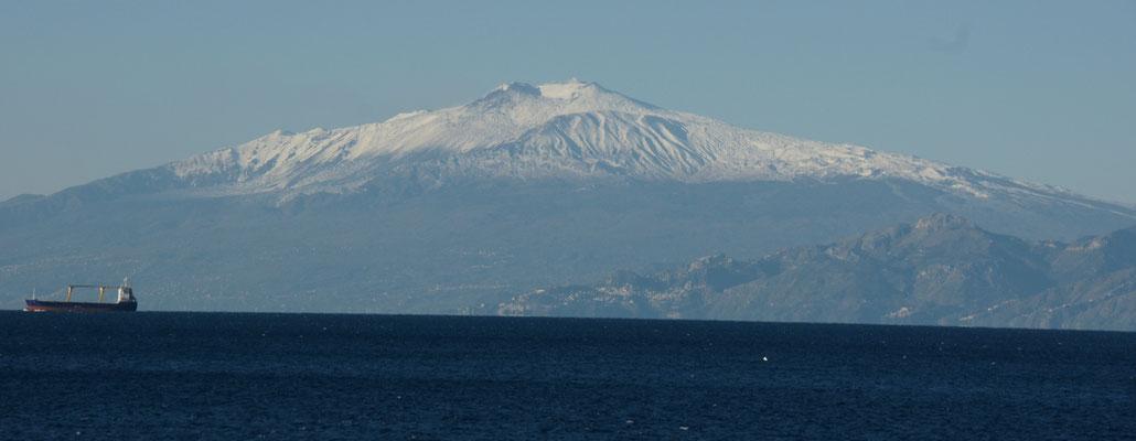 Vor uns in seiner ganzen Pracht, der fast 4000m hohe und verschneite Aetna.