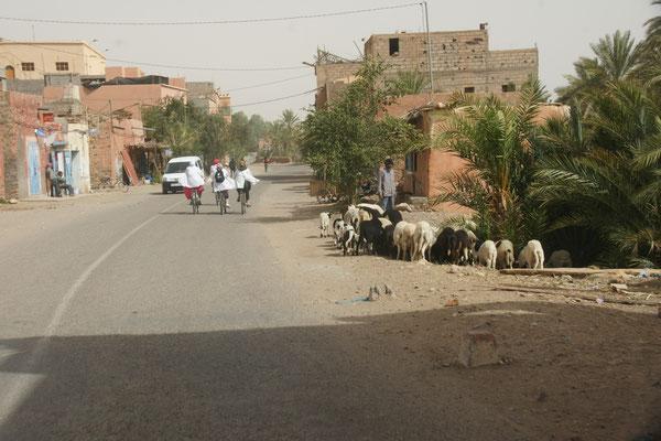 Dörfer auch hier entlang der Strasse nach Zagora