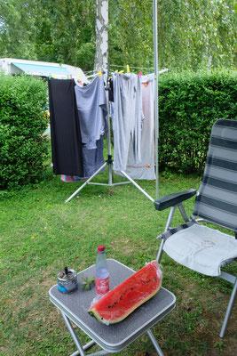 Die Wäsche trocknet derweil leise vor sich hin. Den Nachtisch bringen wir mit.