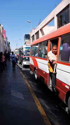 Die Busse halten wann jemand zusteigen möchte