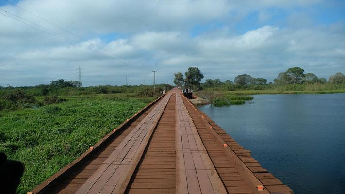 ..die ersten Holzbrücken müssen passiert werden.