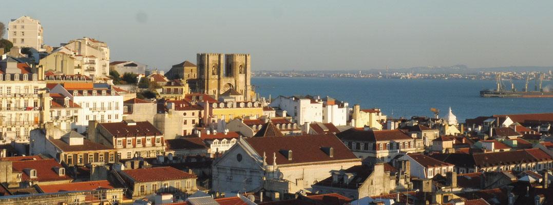 Blick von der Plattform auf dem Lift. Tolle Aussicht über ganz Lissabon