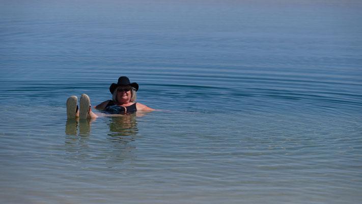 Das Wasser ist echt kalt. Ich bleibe nur kurz drin. Alois schafft es nur bis zu den Kinien.