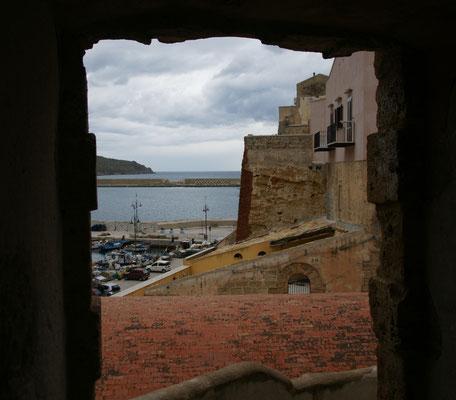 Durch das Tor runter zum Hafen von Castelmmare di Golfo