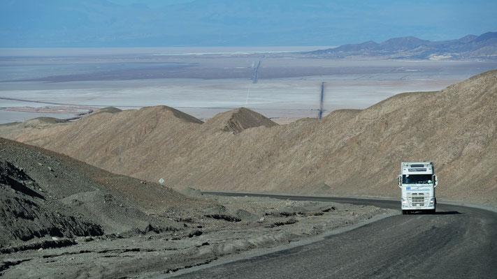 Blick runter auf die Salzseen der Atacama