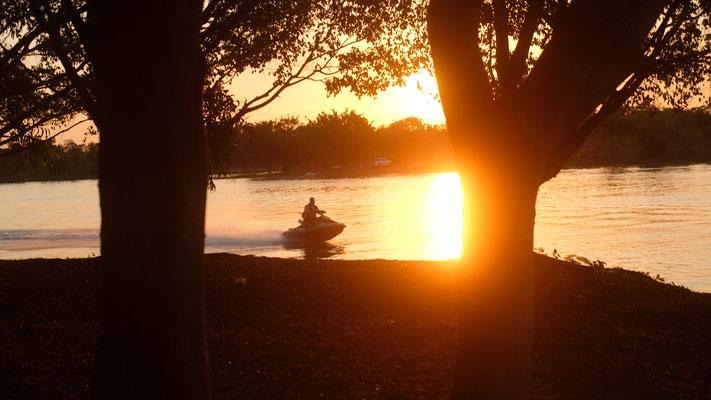 wir stehen schliesslich an einem kleinen See und nach Sonnenuntergang.