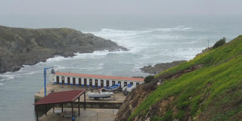 Blick auf das aufgewühlte Meer von Porto Covo