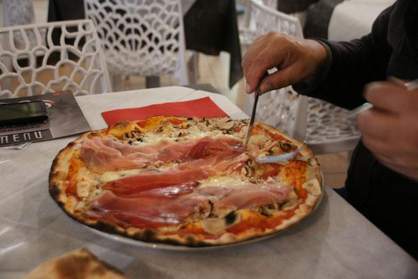 Leckere Pizza mit hauchdünnem Boden.