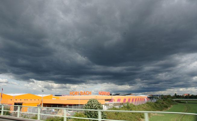 Die dunkelschwarzen Wolken scheinen uns zu verfolgen.