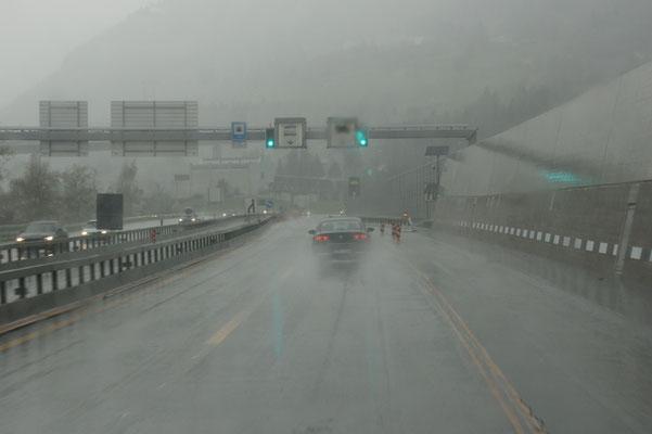 Für einmal Regen vor dem Gotthardtunnel nach Norden....