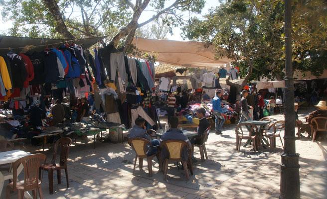 Der Markt ist nicht mehr unter Zelten, direkt an der Grenze zu Algerien.