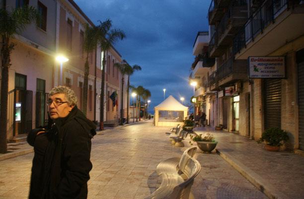 50 m Fussgängerzone zwischen Lungomare und einziger Strasse im langgezogenen Ali Terme